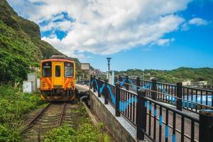 paisaje de la estación de tren badouzi en la ciudad de keelung, taiwán foto