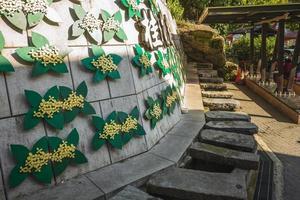 Antiguo canal de piedra utilizado para lavar la ropa en la entrada del callejón Osmanthus en Nanzhuang, Taiwán foto