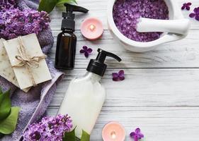 entorno de spa con flores lilas foto