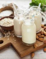 tipos alternativos de leches veganas en botellas de vidrio foto