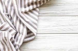 servilleta de cocina en la mesa de madera foto