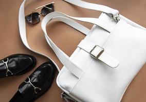 bolso de cuero blanco y zapatos mocasines. foto