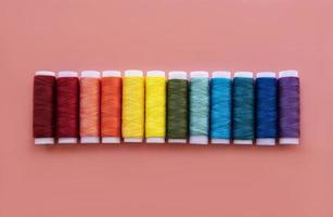 carretes de hilo en los colores del arco iris foto