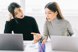 las dos mujeres de negocios están discutiendo el trabajo foto