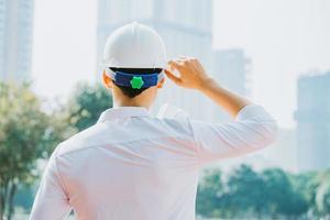 imagen de detrás de ingenieros de construcción asiáticos que están haciendo pruebas experimentales en el sitio foto
