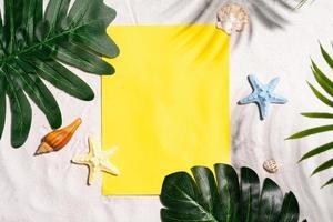 fondo de verano con papel amarillo en blanco foto