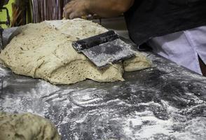 haciendo masa de pan foto