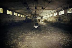 interior de la granja vacía foto