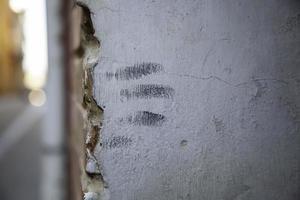 mano marcada en una pared de cemento foto