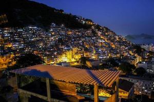 anochecer en la favela cantagalo foto