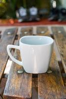 taza de café en una mesa de madera en río de janeiro, brasil. foto