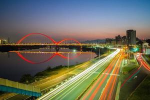 escena nocturna de la nueva ciudad de taipei por río en taiwán foto