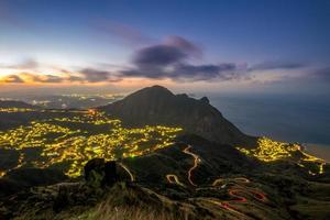 vista nocturna de la aldea jinguashi, taipei, taiwán foto