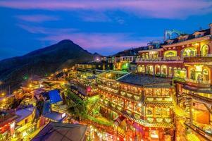 escena nocturna de la aldea de jioufen, taipei, taiwán foto