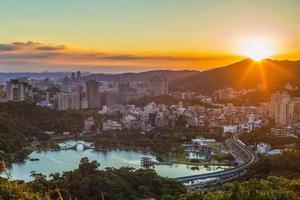 vista aérea, de, taipei, ciudad, por la noche, en, taiwán foto