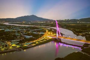 Isla Shezi y monte Guanyin en Taipei por la noche, Taiwán foto