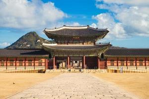 heungnyemun, segunda puerta interior de gyeongbokgung en seúl, corea del sur foto