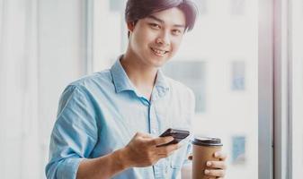 Retrato de un hombre de negocios asiático trabajando atentamente foto