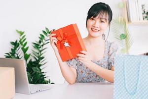 Transmisión en vivo de una joven asiática para dar regalos a la audiencia que ve su transmisión en las plataformas de redes sociales foto