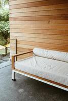sofá de banco vacío o sofá cama en el balcón para relajarse foto