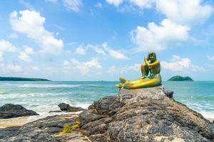 estatuas de sirenas doradas en la playa de samila. hito de songkla en tailandia. foto