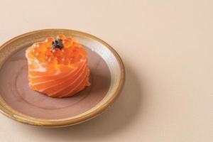 Salmón fresco crudo con sushi de huevo de salmón - estilo de comida japonesa foto