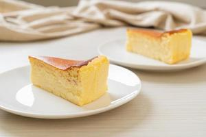 Tarta de queso quemada casera en una placa blanca. foto