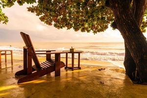 Sillas de madera vacías con fondo de mar de playa foto