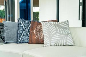 Decoración de almohadas en un sofá en una sala de estar. foto