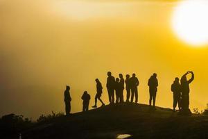 siluetas de personas en la montaña foto