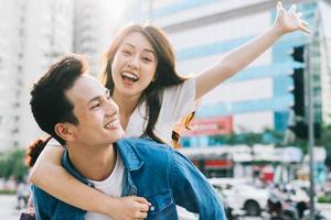 novio lleva a su novia en la espalda foto