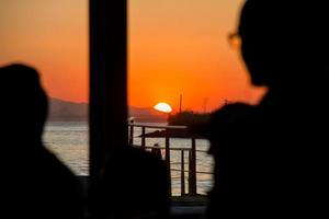 puesta de sol en el parque de la ciudad de niteroi foto