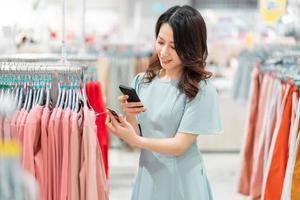 niña está eligiendo comprar ropa en el centro comercial foto