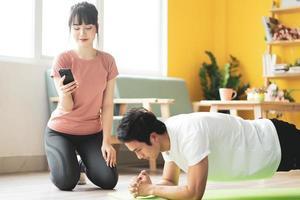tu novia es el momento para que su novio haga plancha en casa foto