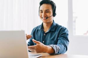 el hombre asiático está teniendo una discusión en línea con sus subordinados foto