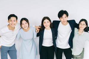 jóvenes empresarios asiáticos se abrazan foto