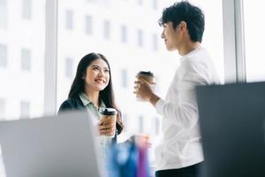 El empresario y la empresaria están discutiendo durante el almuerzo. foto
