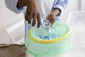 mujer joven reciclando por un mejor medio ambiente foto