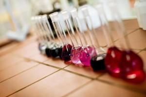 Fila de matraces con líquidos en el laboratorio. foto