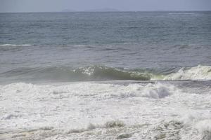 Ola en el shorebreak en Copacabana en Río de Janeiro. foto