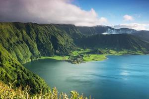 Laguna en cráter en la isla de las Azores. foto