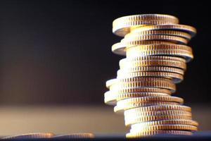 monedas en el fondo de la mesa y ahorro de dinero y concepto de crecimiento empresarial, concepto de finanzas e inversión, pila de monedas en la mesa y ahorro de dinero foto