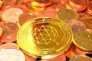 monedas de criptomoneda en la mesa y el concepto de dinero en moneda digital, mercado de criptomonedas, concepto de sistemas financieros de criptomonedas, fondo de monedas de oro foto