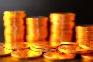 concepto de ahorro de dinero, fondo de monedas de apilamiento, monedas publicitarias de finanzas y banca foto