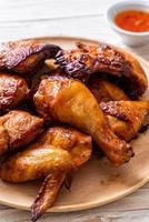 Pollo a la parrilla y barbacoa en una mesa foto