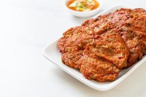 bolas de pasta de pescado frito o pastel de pescado frito - estilo de comida asiática foto