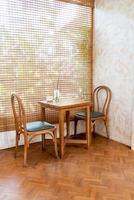 Mesa y silla vacías en una cafetería y restaurante cafetería. foto