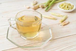 taza de jugo de hierba de limón caliente foto