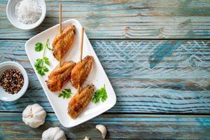 alitas de pollo a la parrilla barbacoa con pimienta y ajo foto