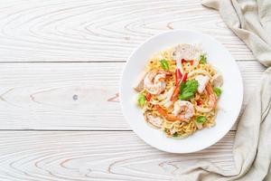 Ensalada picante de fideos instantáneos con camarones - estilo de comida tailandesa foto